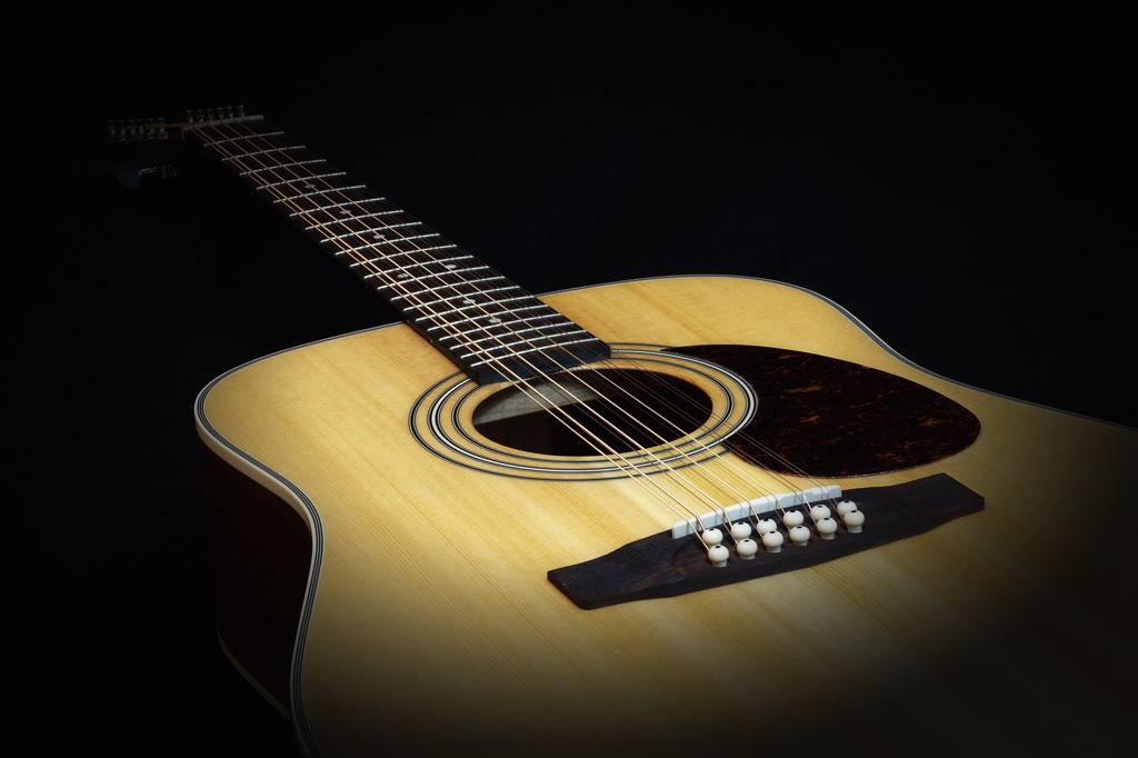 Guitare folk : table et cordes.